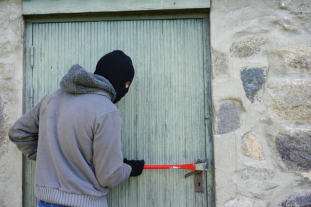 ladrón abriendo puerta